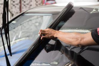 Insulfilm de carros sendo instalado por especialista